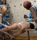 Halb nackt cheerleader von lesben missbraucht
